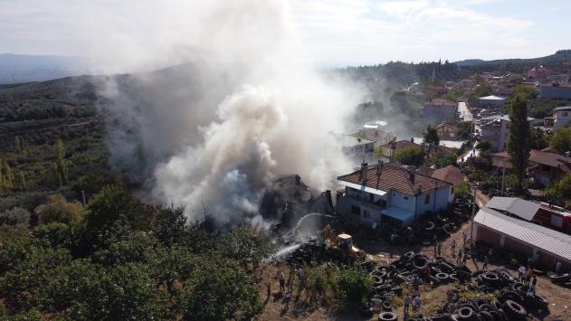 Bursada araç lastik deposunda çıkan yangın söndürüldü