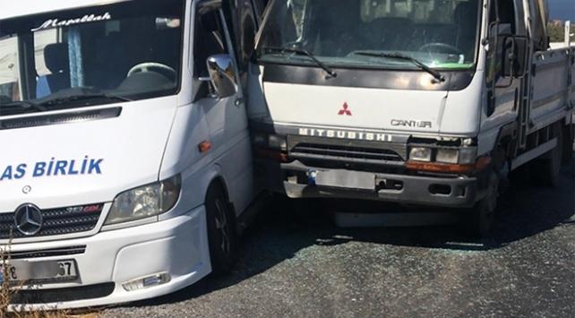 Muğlada yolcu minibüsü ile kamyonet çarpıştı: 5 yaralı