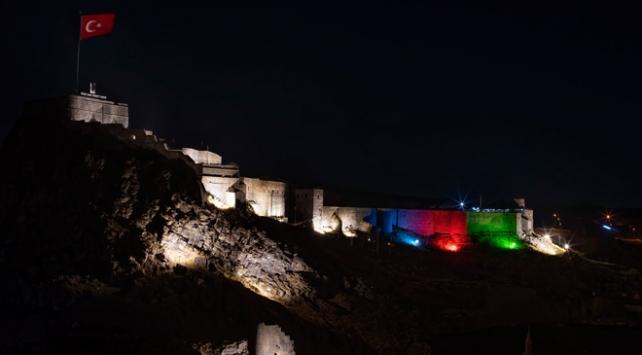 Kars Kalesi Azerbaycan bayrağı renklerine büründü