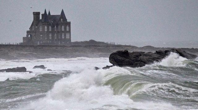 Fransayı Alex fırtınası vuruyor: 1 ölü, 11 kayıp