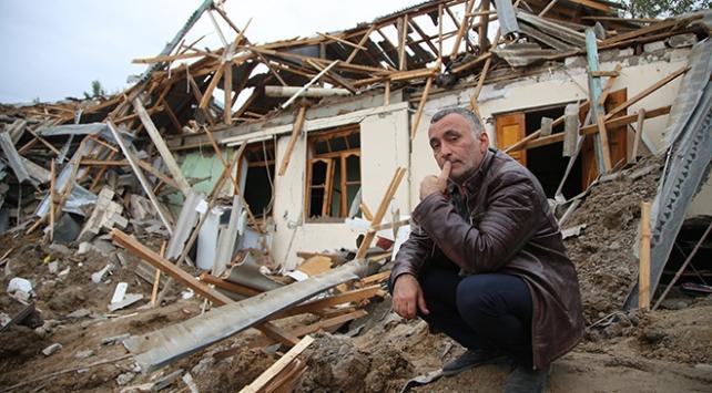 Azerbaycanlı Memmedov evinin enkazından ailesini elleriyle kazıyarak kurtardı