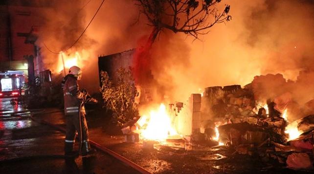 İzmirde hurdalık alandaki yangın söndürüldü
