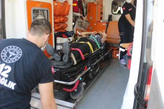 Parkın duvarına çarpan otomobildeki anne ile bebeği yaralandı