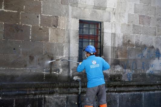 Kayseride asırlık taş yapıların üzerindeki yazılar temizleniyor