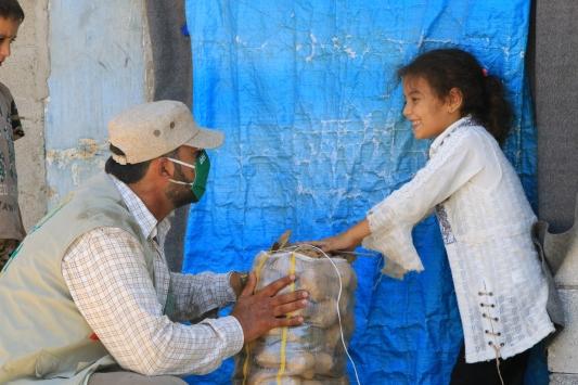 İHH Afrindeki ailelere 25 ton patates dağıttı