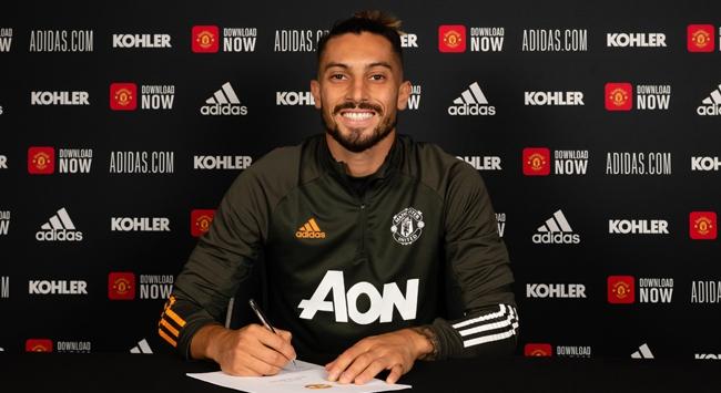 Manchester United Alex Tellesi transfer etti