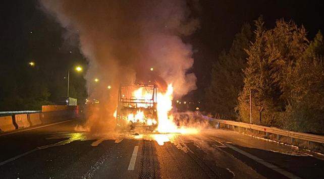 Adanada seyir halindeki yolcu otobüsü yandı