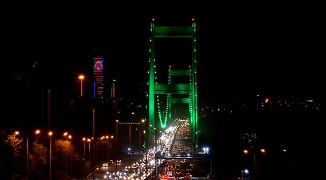 İstanbulun köprüleri yeşile büründü