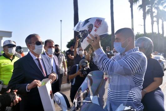 Mersinde polisten ceza bekleyen motosiklet sürücülerine kask sürprizi