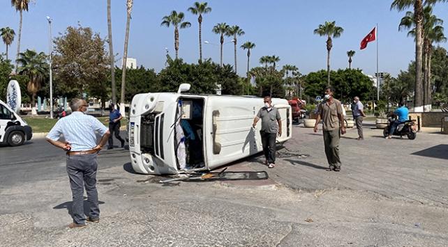 Mersinde yolcu minibüsü devrildi: 3 yaralı