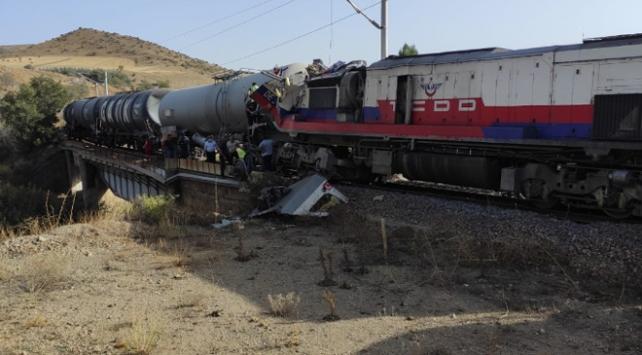 Yozgatta yük trenleri çarpıştı: 2 makinist yaralandı
