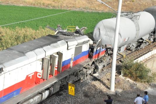 Yozgatta yük trenlerinin çarpışması sonucu makinistler yaralandı