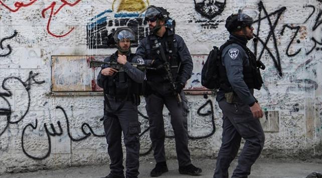 İsrail güçlerinden Filistinli polislere gözaltı