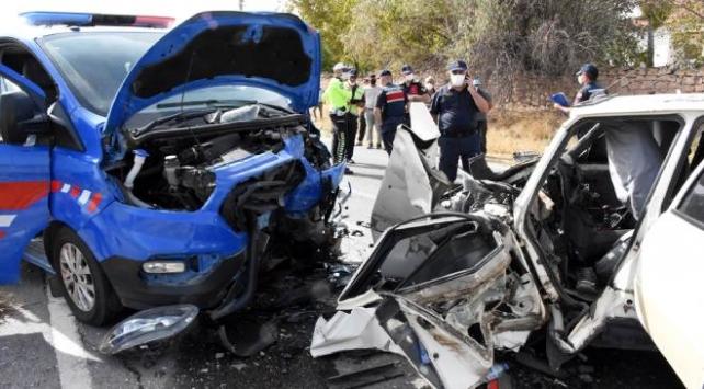Aksarayda jandarma aracıyla otomobil çarpıştı: 3ü asker 5 yaralı