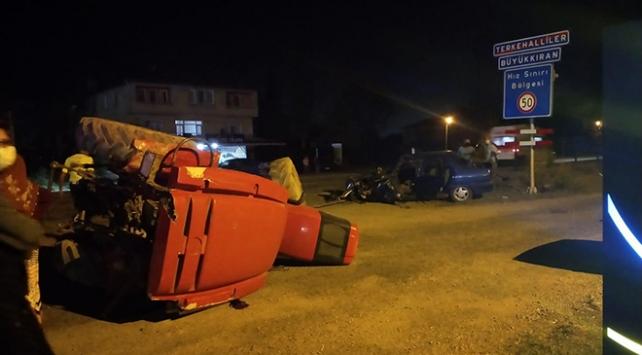 Bartında otomobille traktör çarpıştı: 3 yaralı