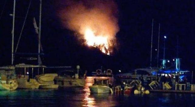 Tekneden atılan havai fişek ormanı yaktı