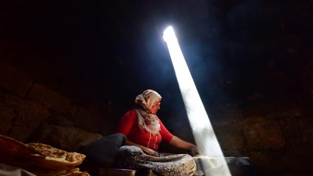 Köy kadınlarının zorlu tandır ekmeği yapma telaşı