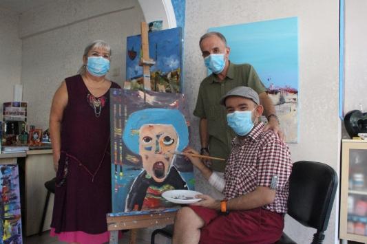 İşitme ve konuşma engelli böbrek hastası ressam hayata çizerek gülümsüyor