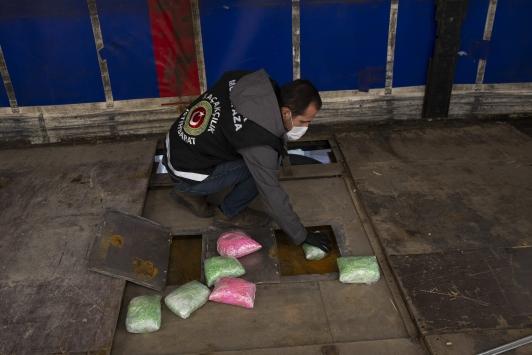 Elektronik eşya yüklü tırda 800 bin uyuşturucu hap ele geçirildi