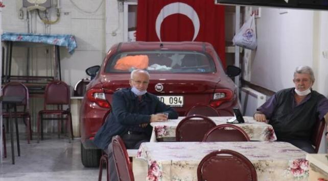 Aracını doludan korumak için camlarını söktüğü kahvehaneye park etti