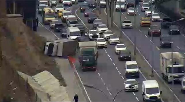 E-5te kamyonet yan yattı, yoğun trafik oluştu
