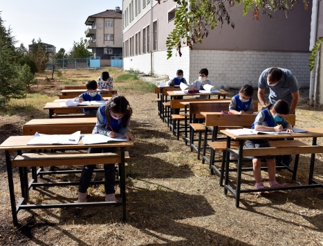 Kırıkkalede bir okulun bahçesinde sınıf oluşturuldu