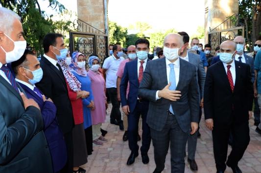 Ulaştırma ve Altyapı Bakanı Karaismailoğlu, Mardindeki tarihi mekanları ziyaret etti