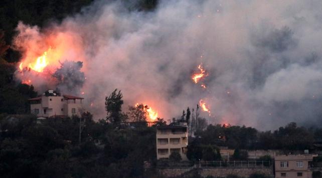 Hatayda çıkan orman yangını 3 ilçeye yayıldı
