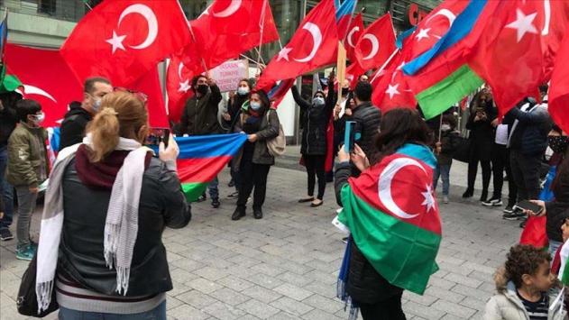 Almanyada yaşayan Türkler Azerbaycana destek mitingi düzenledi