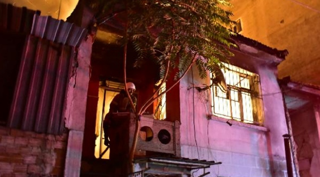 2 katlı bina yandı, 25 papağan telef oldu