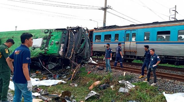 Taylandda tren, otobüse çarptı: 17 ölü
