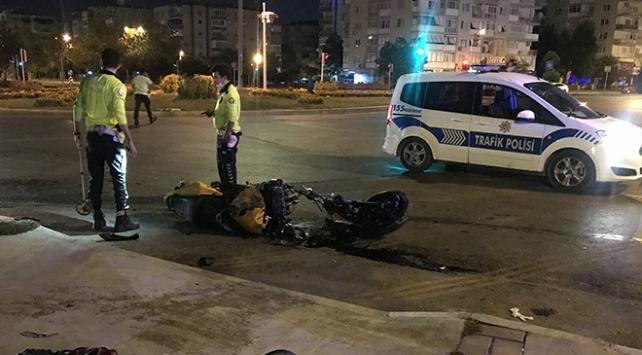 İzmirde refüje çarpan motosikletteki 2 kişi yaralandı