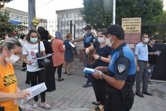 Adanada polisten, öğrenci ve velilere Kovid-19 bilgilendirmesi
