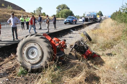 Sivasta ikiye bölünen traktördeki baba ve oğlu ağır yaralandı