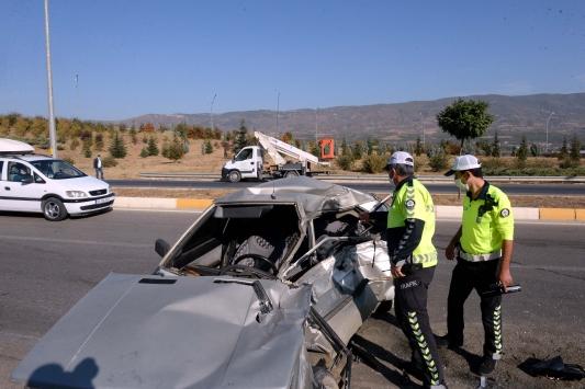 Tokatta traktöre çarpan otomobilin sürücüsü ile babası yaralandı