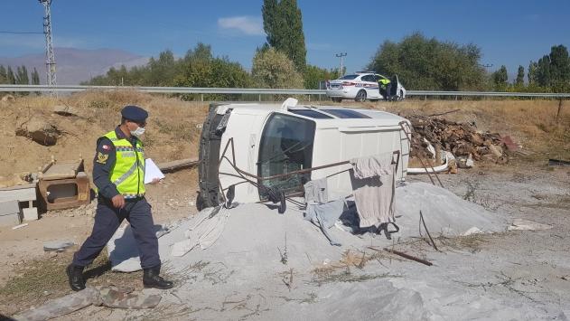 Erzincanda hafif ticari araç devrildi: 4 yaralı