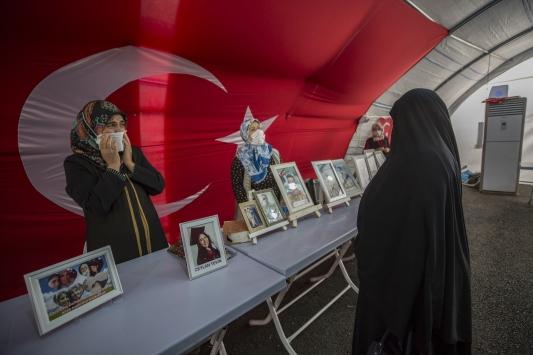 Evladına kavuşan aile sevincini Diyarbakır anneleri ile paylaştı