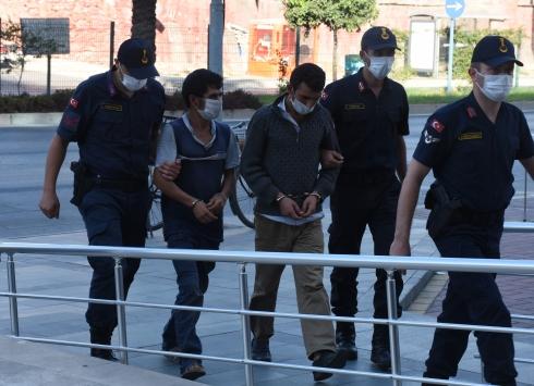 Antalyada güvenlik kamerasına yansıyan avokado hırsızlığıyla ilgili 2 kardeş yakalandı