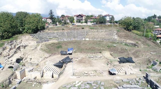 Düzcedeki antik tiyatroda yeni bir duvar keşfedildi
