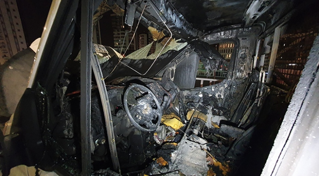 Adanada seyir halindeki kamyonet küle döndü