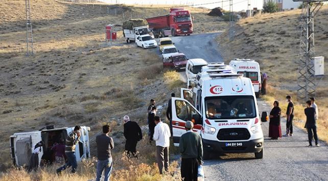 Malatyada işçi servisi şarampole devrildi: 14 yaralı