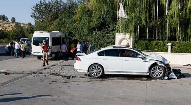 Şanlıurfada işçi servisi ile otomobil çarpıştı: 15 yaralı