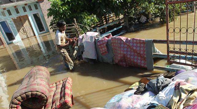 Endonezyada sel felaketi: 350 ev sular altında