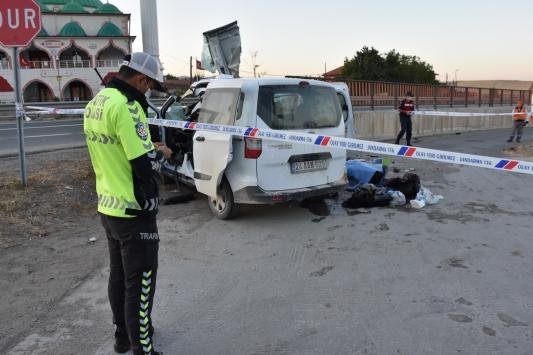 Kırıkkalede hafif ticari araç devrildi: 1 ölü, 2 yaralı