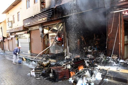 Muşta 4 katlı iş yerinde yangın