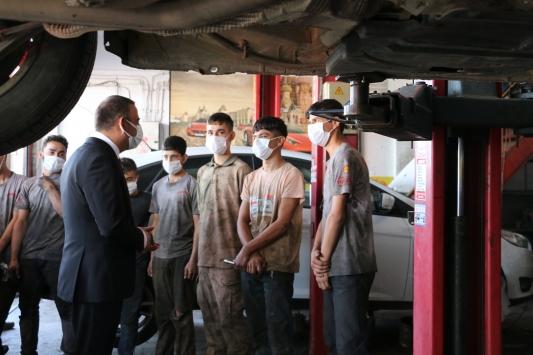 Siirtte Kovid-19 denetimine çıkan Vali Hacıbektaşoğlu, kurallara uyan esnafı kutladı