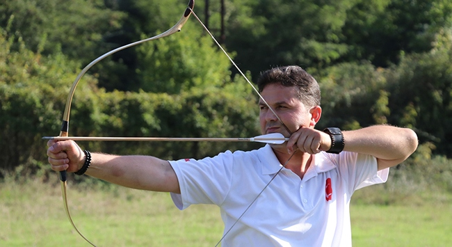 Yaptığı oklarla gençlere hedefi 12den vurmayı öğretiyor