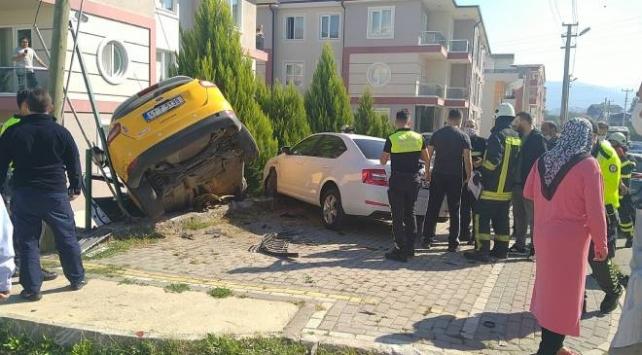 2 otomobille çarpışan ticari taksi duvarda asılı kaldı