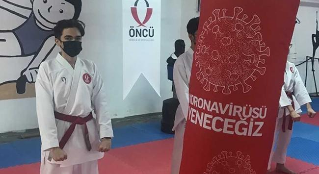 Genç sporcular koronavirüse karşı özel kum torbalarıyla çalışıyor