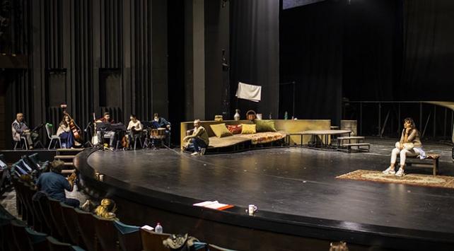 Selvi Boylum Al Yazmalım Devlet Tiyatroları sahnesinde